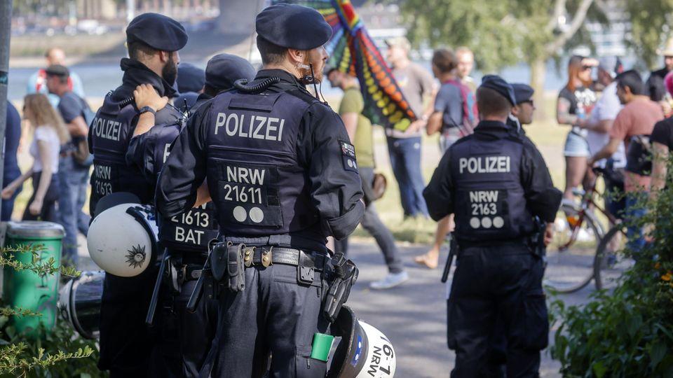 """Gewalt gegen Polizei: Was macht ein Polizist, der beleidigt wird? """"Nicht gleich Zwang anwenden"""", sagt der Einsatztrainer"""