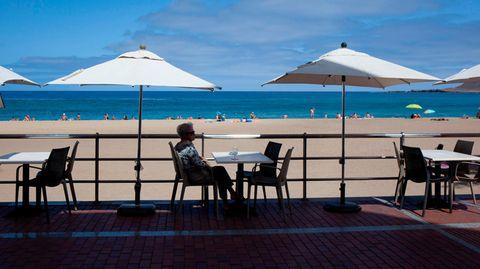 Einsame Urlauberin in Las Palmas de Gran Canaria, Spanien