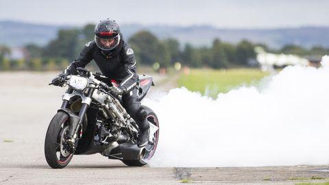 Zef Eisenberg sitzt 2017 auf einem düsengetriebenem Motorrad auf dem Flugfeld, auf dem er nun starb.