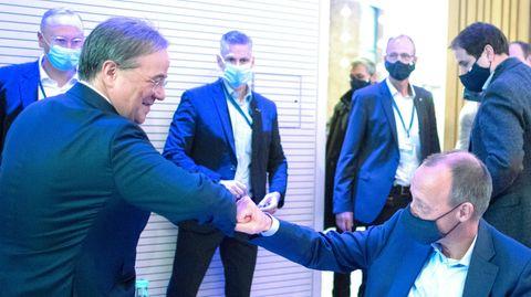 Armin Laschet und Friedrich Merz begrüßen sich Corona-gerecht