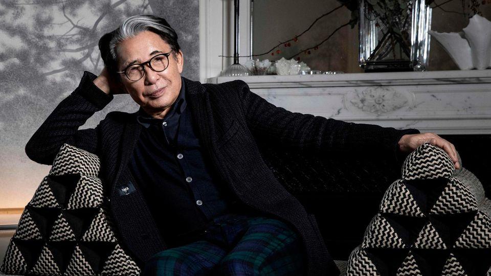 Kenzo Takada auf einer Couch