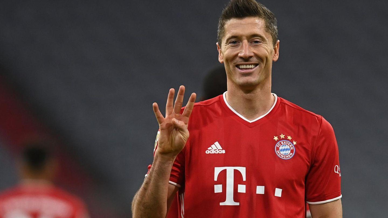 Robert Lewandowski hebt vier Finger als Zeichen für vier Tore