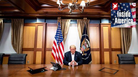 Dieses vom Weißen Haus zur Verfügung gestellten Foto zeigt Donald Trump während eines Telefongesprächs mit US-Vizepräsident Pence, US-Außenminister Pompeo und dem Vorsitzenden des Vereinigten Generalstabs der US-Streitkräfte Milley in seinem Konferenzraum im Walter-Reed-Militärkrankenhaus.