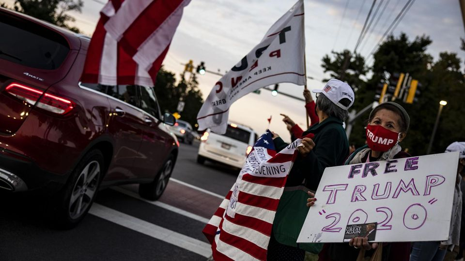 Anhänger Donald Trumps vor demWalter Reed National Military Medical Center