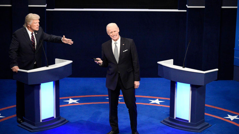 Alec Baldwin als Donald Trump (l) und Jim Carrey als Joe Biden