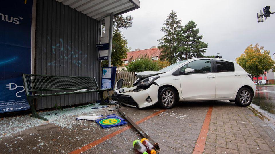 Ein Autofahrer ist in Hannover in eine Bushaltestelle gerast