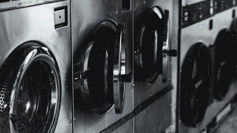 Wäschetrockner und Waschmaschinen in einem Waschcenter