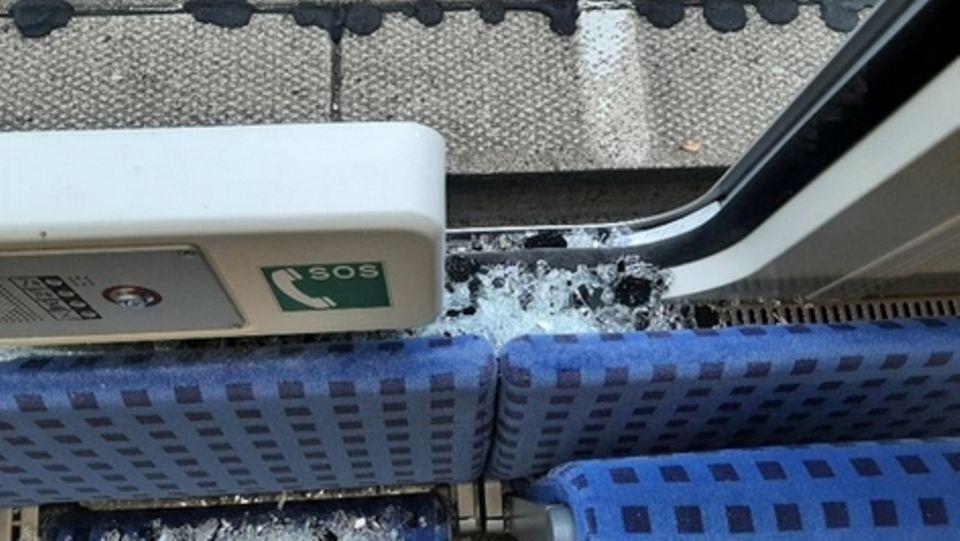 Das kaputte Zugfenster einer Regionalbahn kurz nach der Haltestelle Wrist