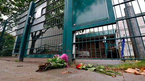 Vor der Pforte einer Hamburger Synagoge hat jemand nach einem Angriff pinke Blumen niedergelegt.