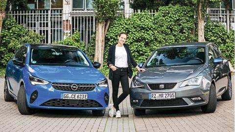 Merle Riepert mit ihrem Seat Ibiza und dem Tauschauto Opel Corsa-E