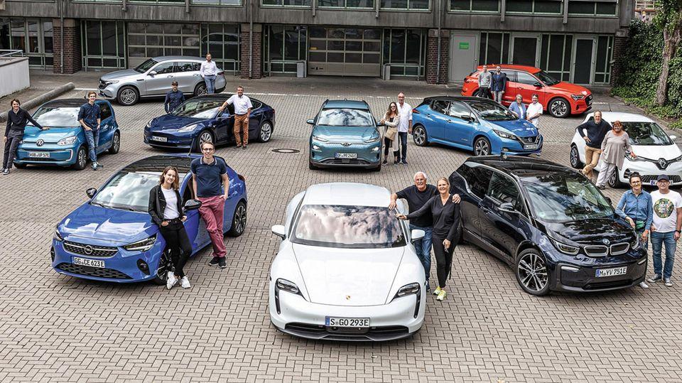 Die Teilnehmer mit den entsprechenden E-Autos