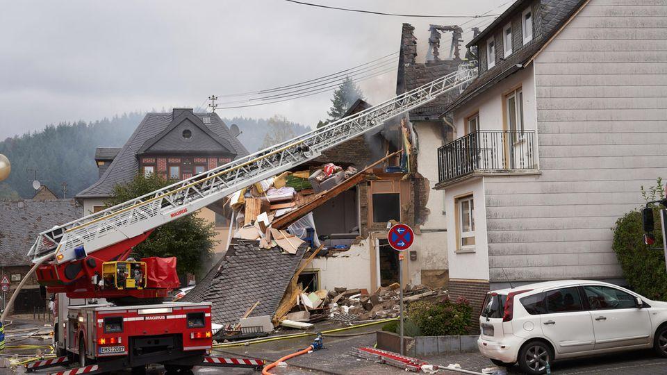 Rettungskräfte sind nach einer Gasexplosion in einem Wohnhaus im Ortskern mit Bergungsarbeiten beschäftigt