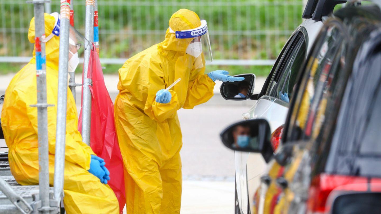 Reiserückkehrer werden an Rastplatz im Auto auf das Corona-Virus getestet