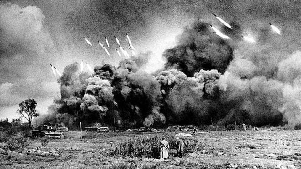Vor dem Vorgehen von Panzern und Infanterie decken die Salvengeschütze die deutschen Stellungen ein.