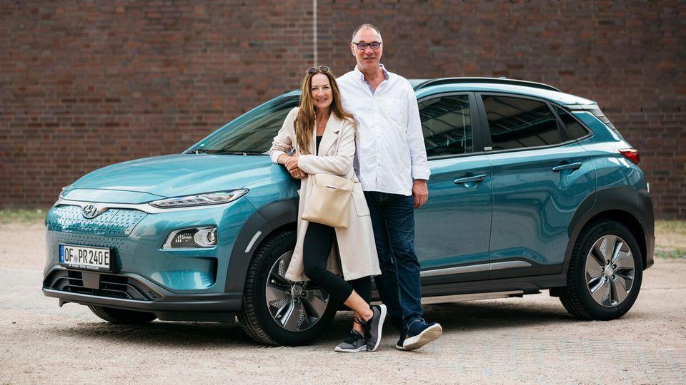 Das Ehepaar Wöger bei der Abfahrt mit dem ersten Auto. EInen Tag später rammte sie jemand auf de Autobahn und der Wagen musste ausgewechselt werden.