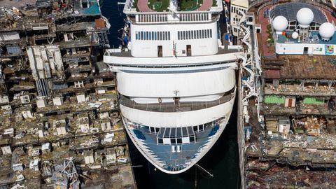 Zwischen zwei halb auseinander geschweißten Schiffen liegt ein noch komplettes