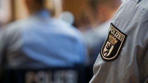 Junge Polizisten sitzen bei der Ernennungsfeier für den gehobenen Polizeivollzugsdienst