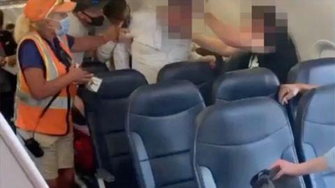 Heftige Auseinandersetzung: Flugzeugpassagier verweigert Maske – Streit mündet in Schlägerei