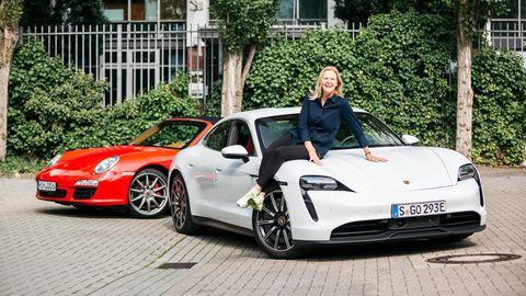 Daniela Sachs Rollmann sitzt auf der Motorhaube des Porsche Taycan