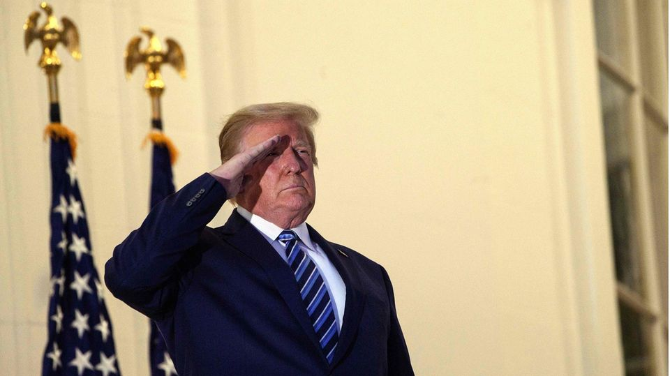 US-Präsident Donald Trump salutiert