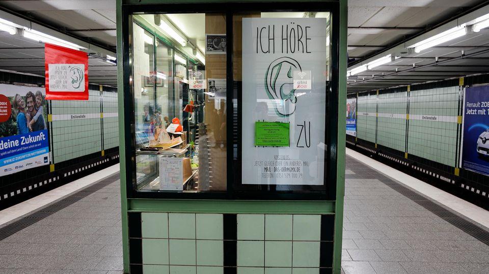 Zuhörkiosk in der U-Bahnstation Emilienstraße