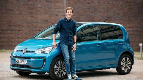 Marco Rolef vor dem VW e-up-Testwagen