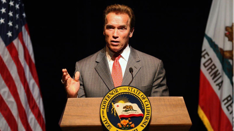 """7.Oktober 2003: Arnold Schwarzenegger wird Governatorvon Kalifornien  Der Schauspieler und ehemalige Bodybuilder Arnold Schwarzeneggerwird am 7. Oktober2003 zum Gouverneur von Kalifornien gewählt. Der politische Quereinsteiger hattezuvor eine Petition für einen """"Recall"""" (Abwahlverfahren) gegen den demokratischen Amtsinhaber Gray Davis ins Leben gerufen.SeineVerkörperung des """"Terminators"""" in den gleichnamigen Filmen brachte ihm im Laufe seiner Kandidatur den SpitznamenGovernatorein. Schwarzenegger wurde einmal wiedergewählt und war bis Januar 2011 im Amt."""