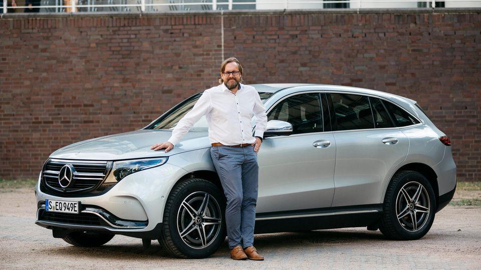 Jörg Lange vor seinem Mercedes EQC-Testwagen