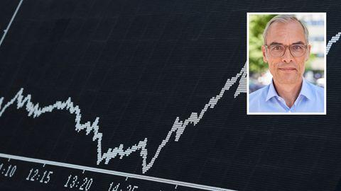 Die Dax-Kurve ist im Handelssaal der Frankfurter Wertpapierbörse auf einer Anzeigetafel zu sehen
