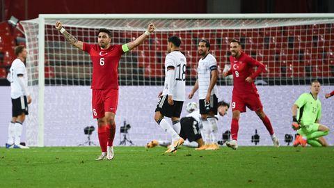 Ozan Tufan (Türkei) jubelt das Tor von Kenan Karaman (2.v.r, Türkei) zum 3:3
