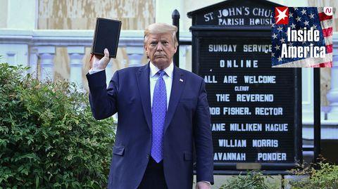 US-Präsident Donald Trump mit einer Bibel vor der St John's Episcopal church in Washington DC (Archivfoto)