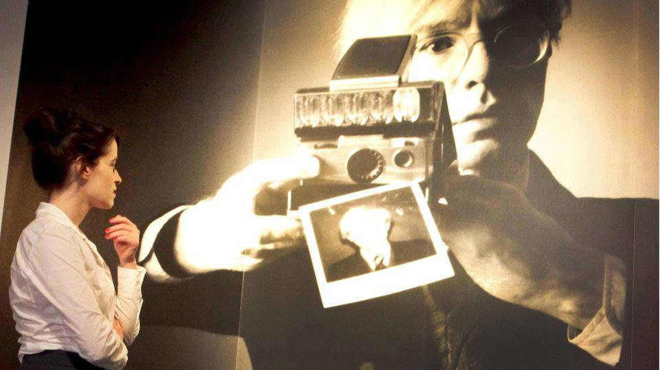 Vergrößerte Darstellung des Polaroid-Fotos von Oliviero Toscani, auf dem Andy Warhol zu sehen ist