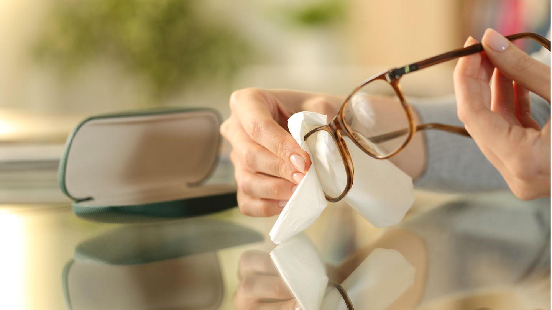 Auch beim Brille putzen kann man Fehler machen