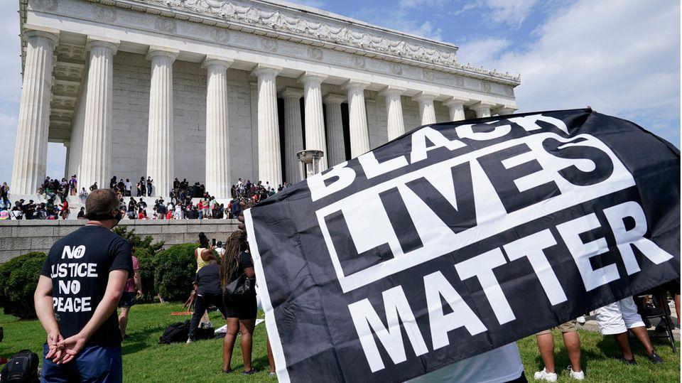"""Ein Transparent mit der Aufschrift """"Black Lives Matter"""""""