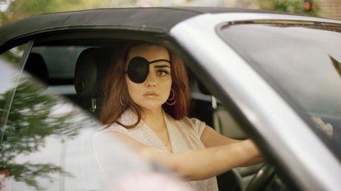 Hayley Burrows hat sich Chlamydien im Auge eingefangen und läuft jetzt im Piraten-Look herum.