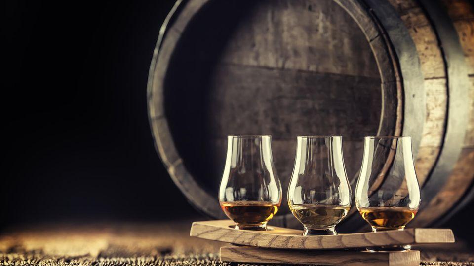 Mit der Dauer im Fass verändert sich auch die Farbe des Whiskys