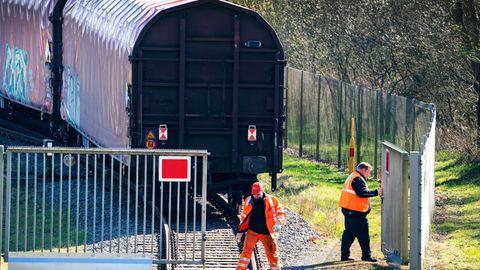 Ein Zug verlässt die Urananreicherungsanlage der Firma Urenco in Gronau