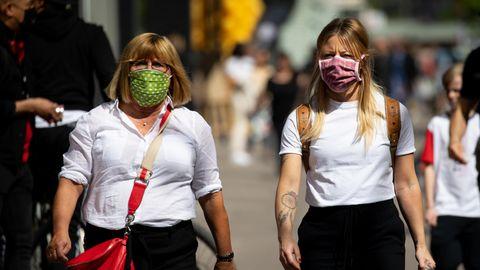 Mit Masken sind Mutter und Tochter in der Fußgängerzone zwischen Spitalerstraße und Mönckebergstraße in Hamburg unterwegs