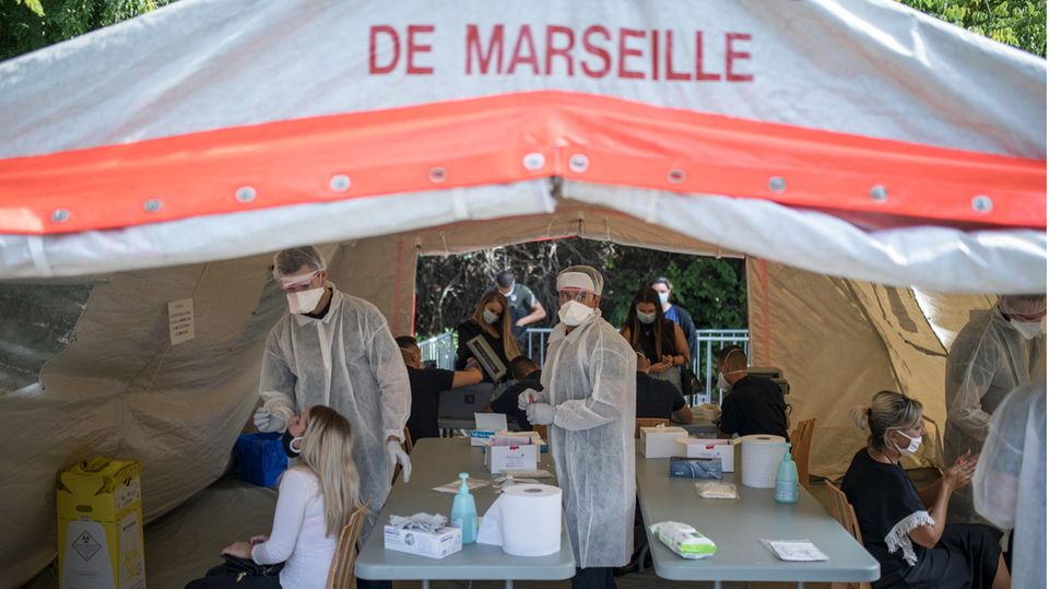 Ärzte testen Patienten in Marseille, Frankreich auf das Coronavirus in einem mobilen Testzentrum
