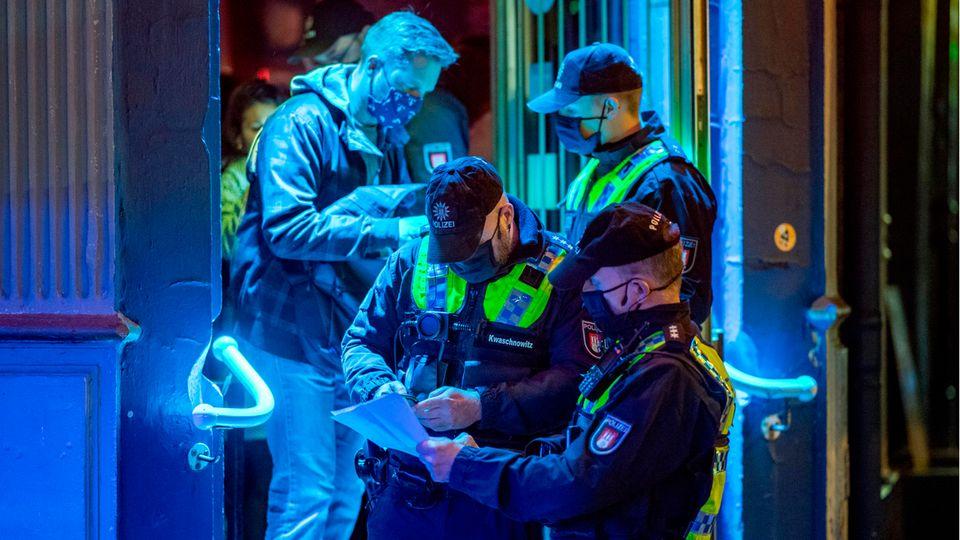Polizisten kontrollieren in einer Kiez-Kneipe am Hans-Albers-Platz in Hamburg