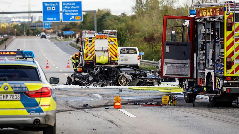 Feuerwehrfahrzeuge stehen bei einem ausgebrannten Fahrzeug auf der Autobahn 66.