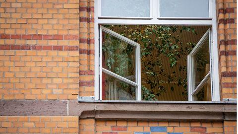 Ein Fenster einer an einer Grundschule ist zum Lüften geöffnet