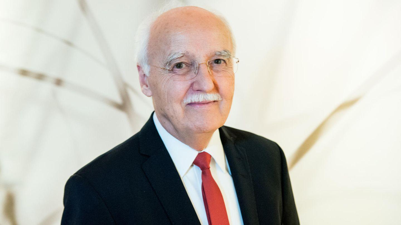 Horst Opaschowski, Zukunftsforscher, steht in seinem Haus