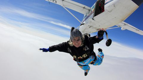 Im Jahr 2013 stellte Dilys Price den Altersrekord für weibliche Fallschirmspringer auf