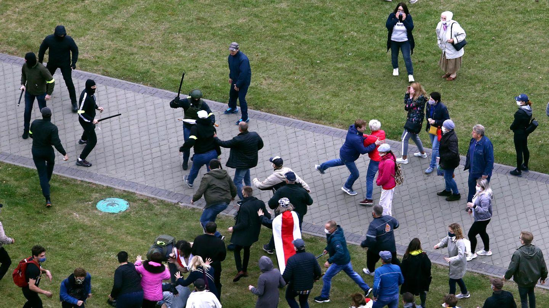 Demonstranten und Polizisten in Zivil geraten aneinander