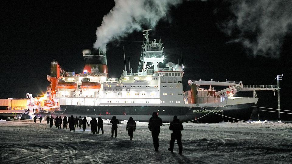 """Teilnehmer einer Artiks-Expediion gehen in Richtung Forschungsschiff """"Polarstern"""""""