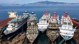 """Links im Bild: die """"Sovereign"""" und """"Monarch"""" der spanischen Reederei Pullmanturs, die im Juni Insolvenz anmelden musste. Rechts liegen drei Schiffe von Carnival Cruises aus den USA."""