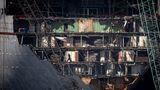 Die Mitarbeiter der Abwrackwerft arbeiten sich von Deck zu Deck vor, und vom Bugbis achtern, dem Heck eines Schiffes.