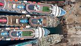 """Als letzter der drei Luxusliner von Carnival Cruises traf Mitte September die """"Imagination"""" (oben) ein. Schon reichlich demontiert ist die """"Fantasy"""" und darunter liegt die """"Inspiration""""."""