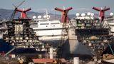 """Die Schiffe von Carnival Cruises sind an den markanten roten """"Whale Tail""""-Schornsteinen leicht zu erkennen"""